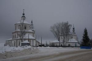 въезд на площадь посёлка УСПЕНСКИЙ ХРАМ И ТРОИЦКАЯ ЦЕРКОВЬ НАКАНУНЕ РОЖДЕСТВА