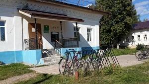 Велосипедная стоянка у Сбербанка в Лухе). 15.08.2015