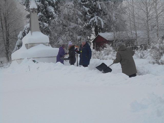 Расчистка снега у обелиска Слободки