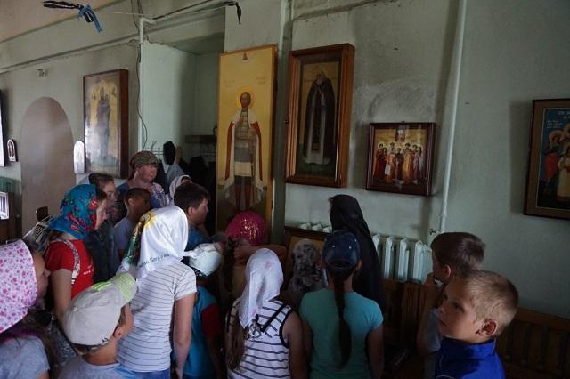 Школьники посетили Свято-Николо-Тихонов мужской монастырь2
